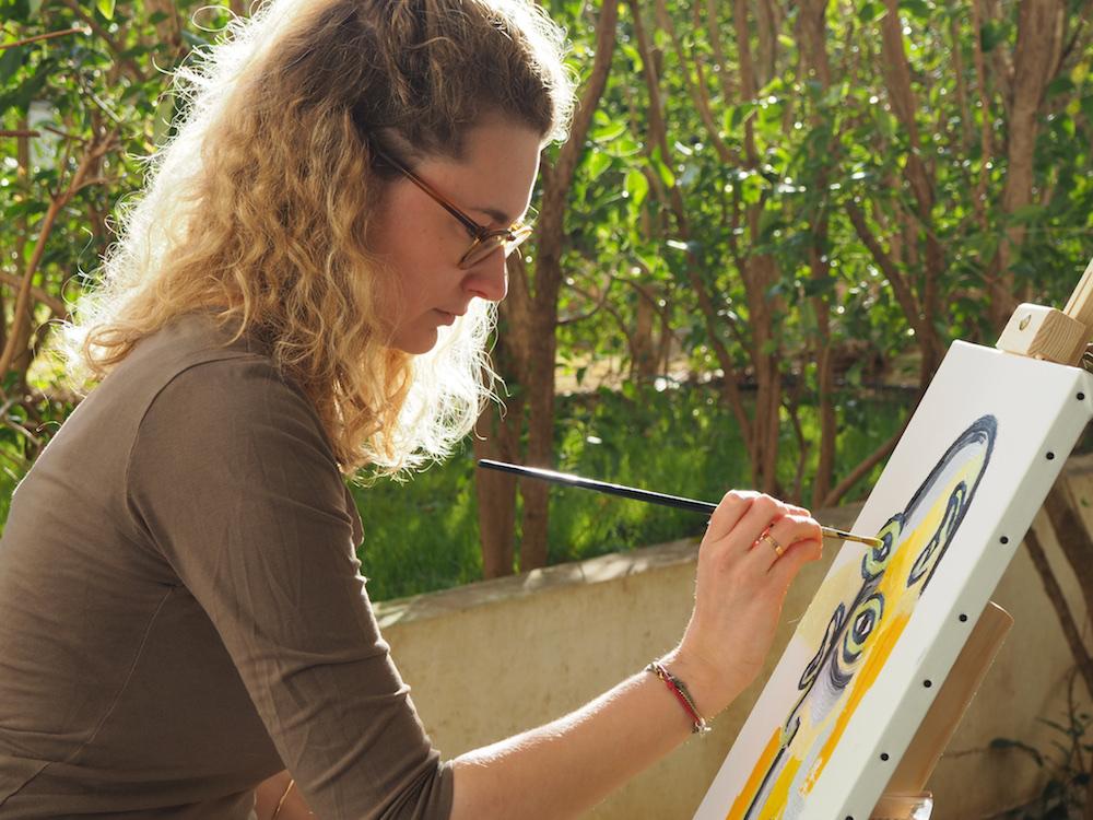 Créer : Laetitia Lina Sordet réalisant une peinture